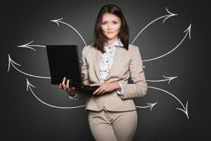 אישה ומחשב נייד